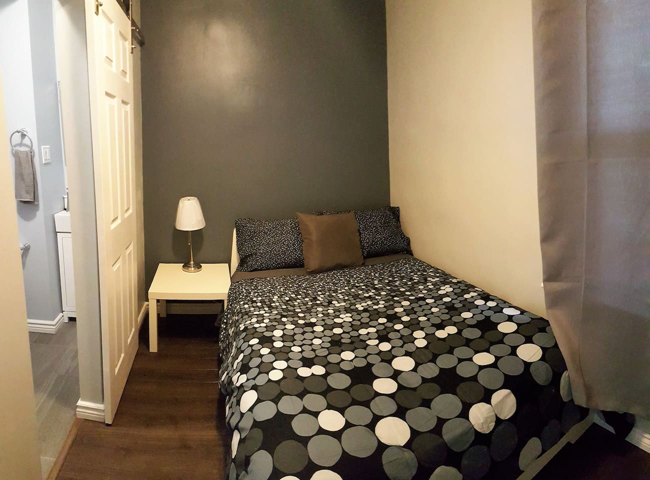 ORCHID ROOM: Upper unit, FIRM orthopedic double bed, 42 inch HD Smart TV's with Netflix, youtube and easy to use! En-suite private shower. Tiny cozy room.