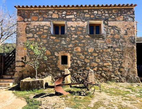 Privat værelse på rustik gård omgivet af grønne områder
