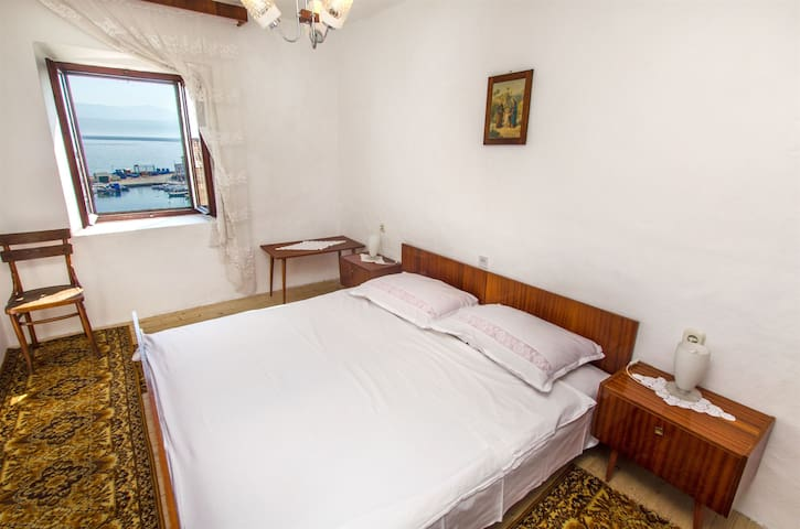 Two Bedroom Apartment, 20m from city center, seaside in Sutivan - island Brac
