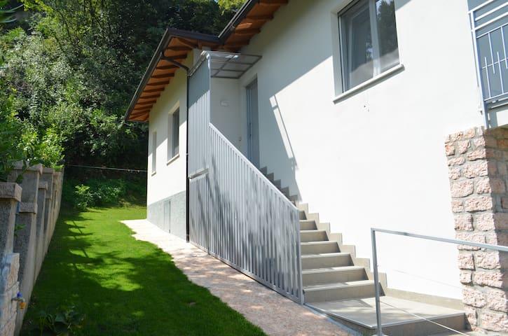 Le scale per entrare e il giardino!