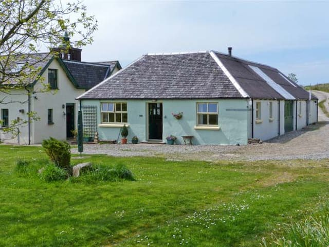DARACH, pet friendly, with a garden in Ardfern, Ref 16245