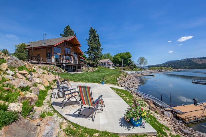 Custom-built riverfront home w/private dock and hot tub