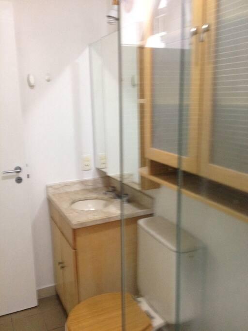 banheiro com blindex e ducha quente e fria no chuveiro
