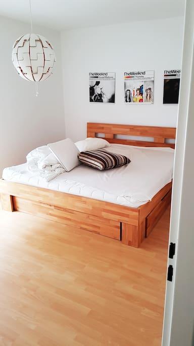 Schlafzimmer mit XXL Bett