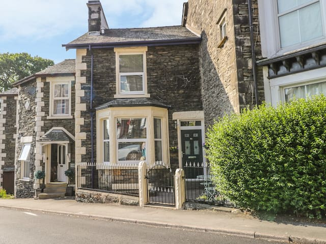 IVY BANK, pet friendly, with open fire in Windermere, Ref 963206