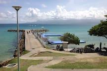 Piscine en eau de mer et Port de départ pour l'ilet du Gosier (navette disponible)