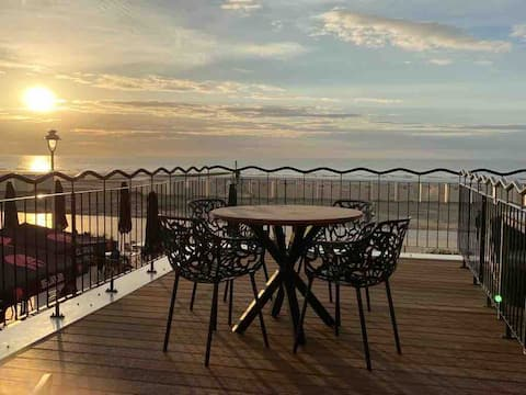 Apartment on the seafront with large terrace!