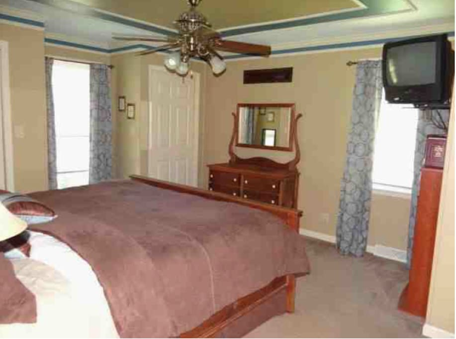 Private Master Bedroom with super-comfy King Size Bed and Satellite TV. Connected to Private Bath with Whirlpool Tub, Sleeps 2 adults and 1 child. 1st Floor.