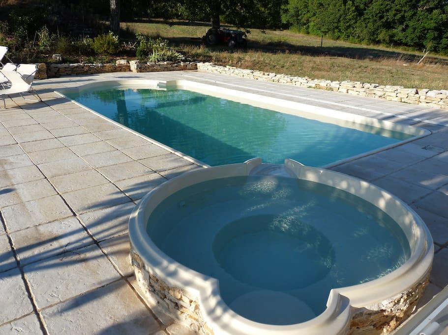Le SPA à débordement donne sur la piscine