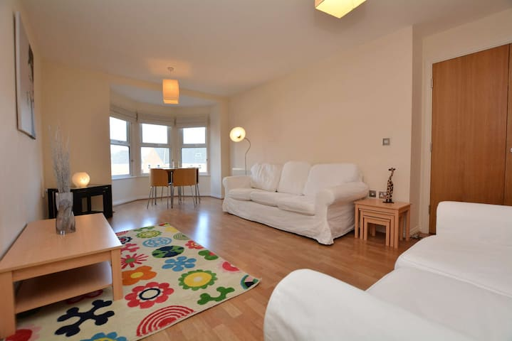 Stylish 2-Bed Apartment in Great Location