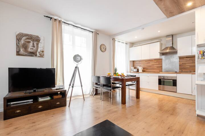 The apartment is located in the beautiful 7th arrondissement on the first floor of a secure.