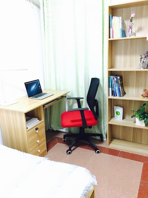 书桌和小书架,有无线WIFI。