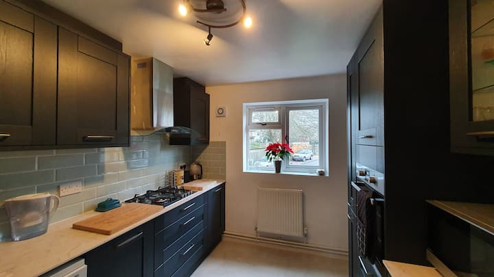 Spacious and modern 1st floor flat. WIFI & Parking