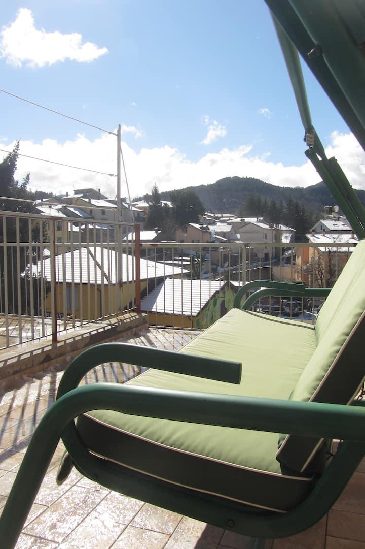 En el centro del pueblo y con terraza privada