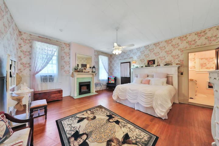 The Lancaster Manor Bed and Breakfast-Rose Room