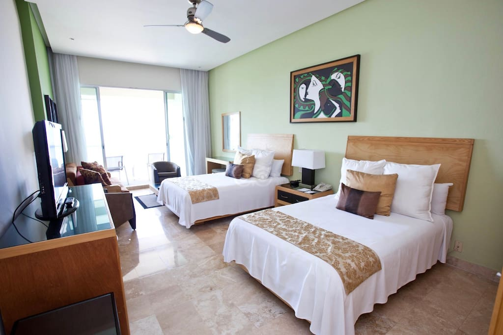 Habitación Principal con Balcón Privado.                                                                                                     Master Bedroom with private Balcony overlooking The Terrace.