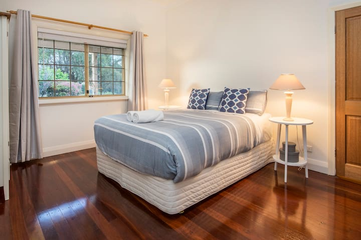 At Home in Busselton: beach cottage with wi-fi