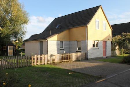 Familienfreundliches Ferienhaus direkt am Wasser - Wemeldinge - Haus