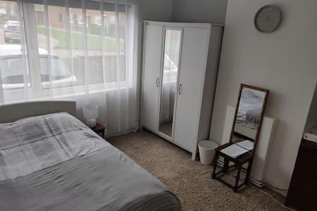 Spacious Clean Private Room, 50mins to the City