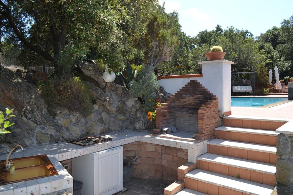 cucina esterna con piano cottura e barbeque