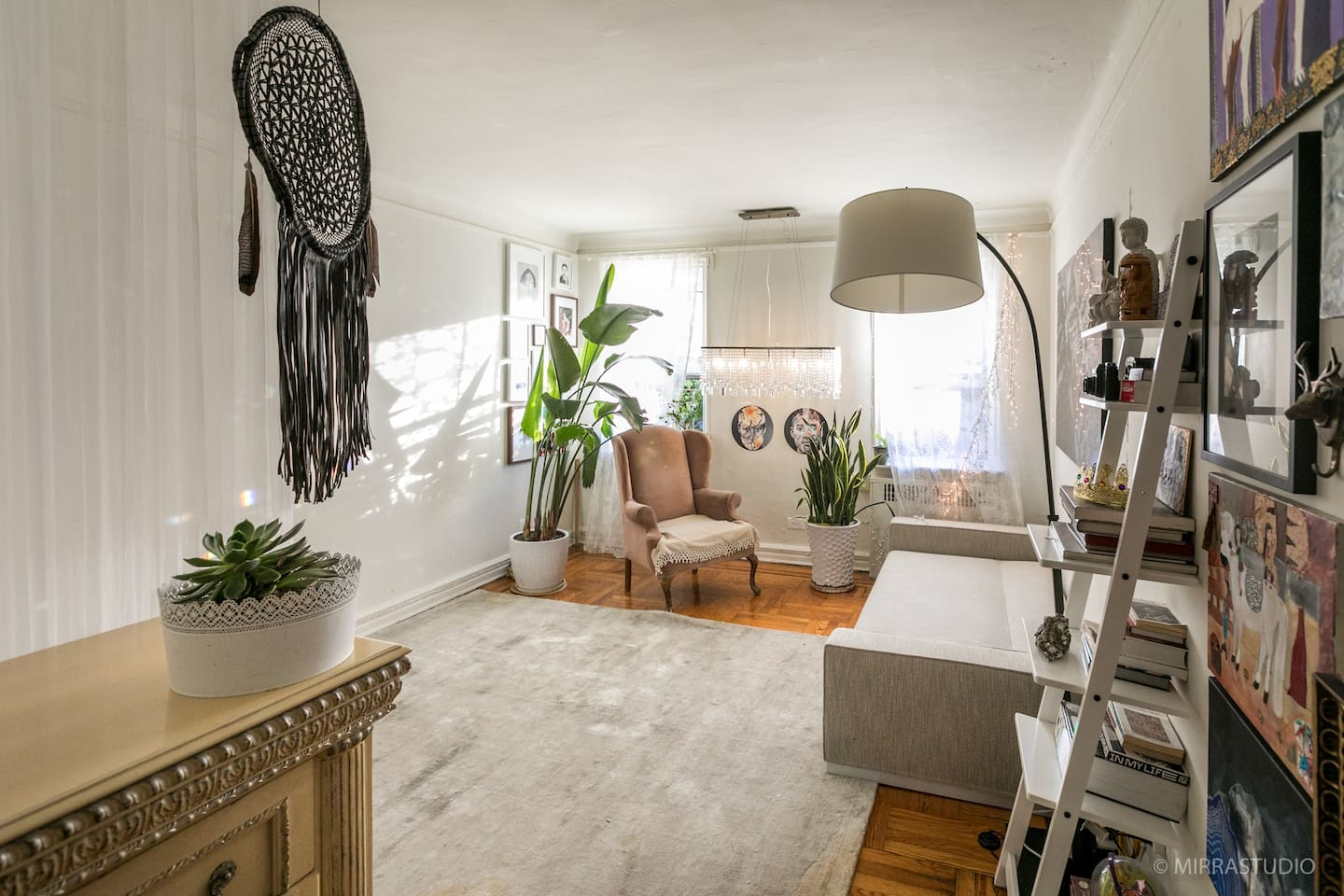 Artistic cozy an sunny apartment with  Yoga Studio. Prime location.2 min from Subway. 20 min to Soho.20 min to the beach.