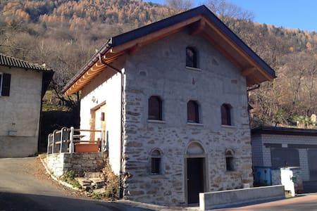 Val di Blenio, Rustico in pietra riattato. - Semione