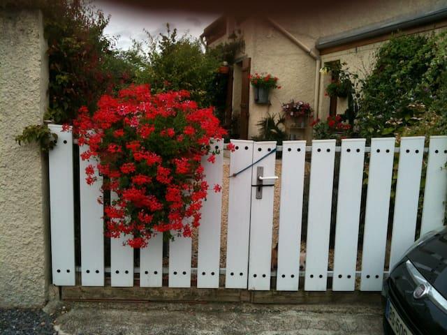 Chambre douillette à la campagne, jardin fleuri. - Remies - House