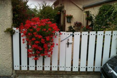 Chambre douillette à la campagne, jardin fleuri. - Dům