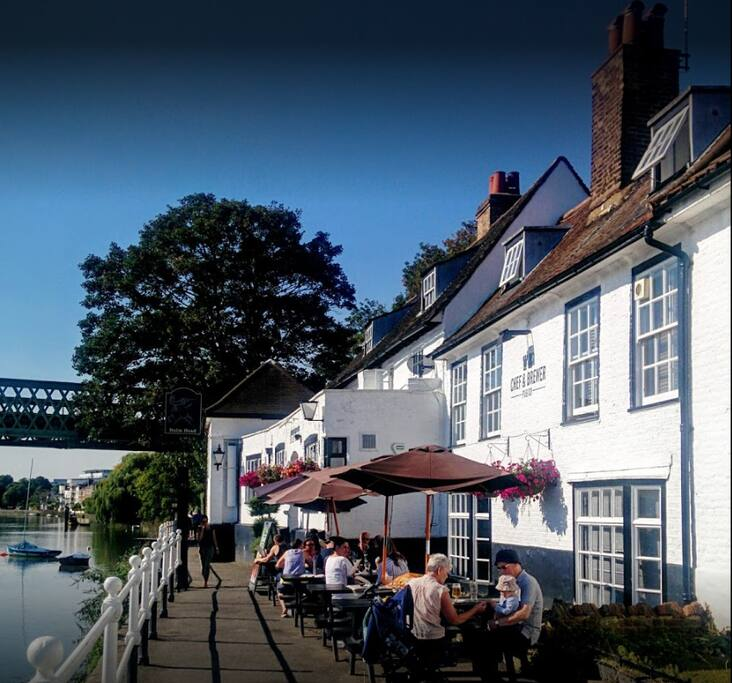 Riverside pub (5-min walk)