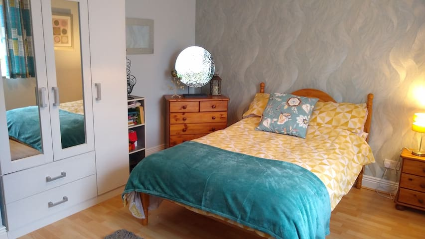 Lge double Bedroom in secluded house in murrintown
