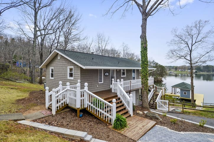 Lakefront, Hot-tub, wi-fi, Pool Table, Fence, Dog Friendly,