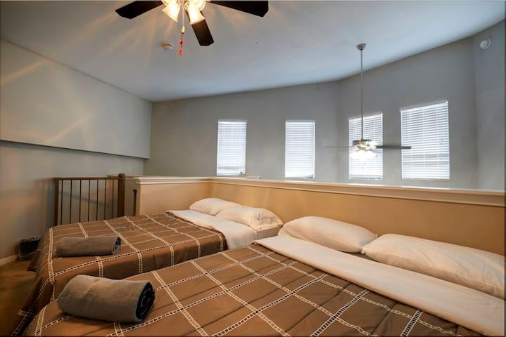 -PENTHOUSE PRIVATE LOFT ROOM SHARED BATH