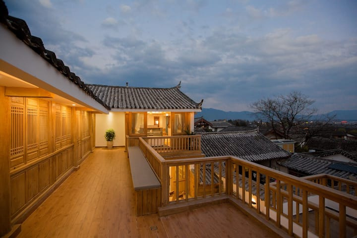 Zen style king size room of Dayan heritage city