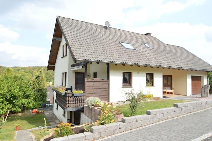 Accogliente casa vacanze a Niederehe con prato