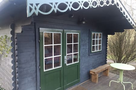 Cabin with wifi on smallholding. Close to town.