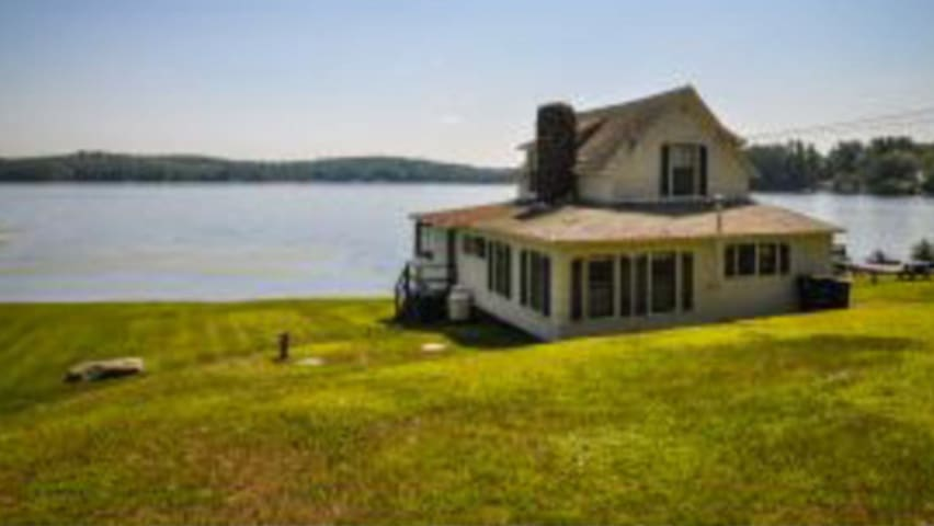 Charming 1910  lakeside cottage - Franklin - House