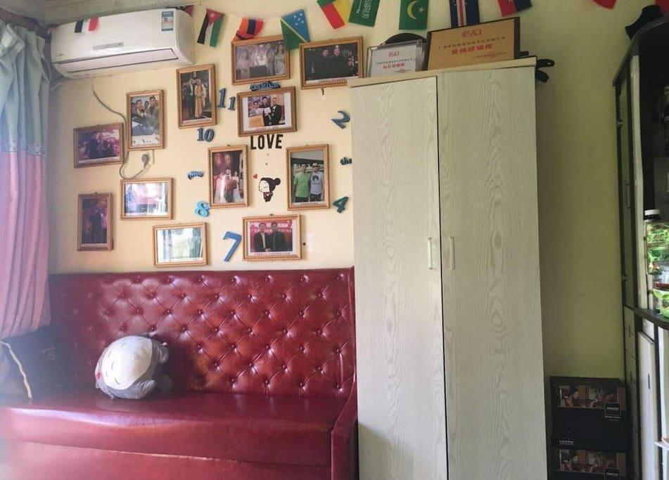 客厅一角:照片文化墙