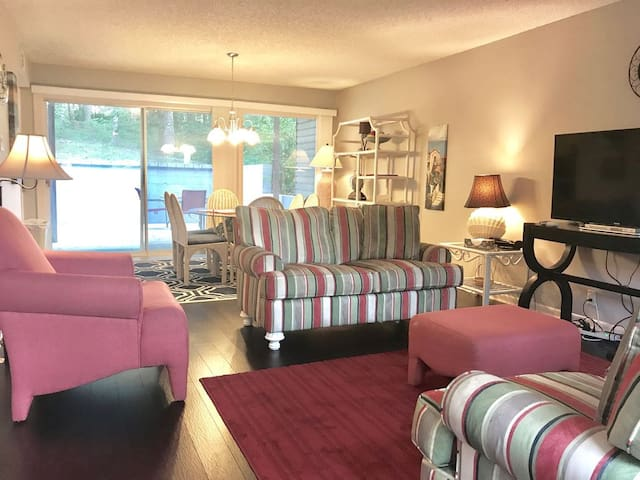 Beautifully Decorated 2 Bedroom Townehome!
