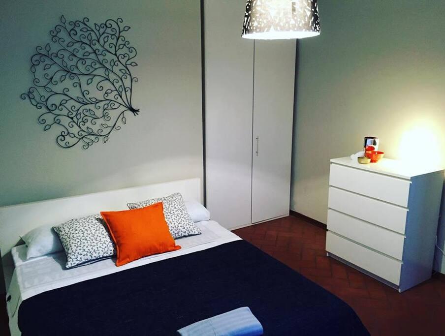 Camera da letto matrimoniale con armadio e cassettiera