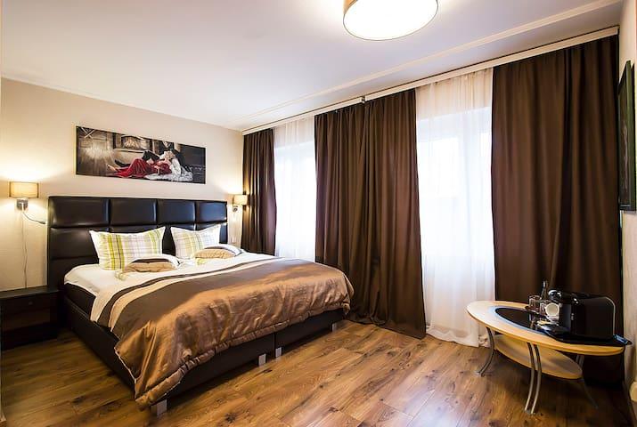 Groses Doppelzimmer im Hotel *** mit Frühstück.