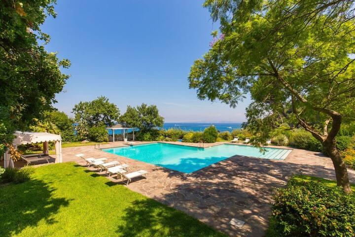 Sleek Island Villa with Jacuzzi and Sauna