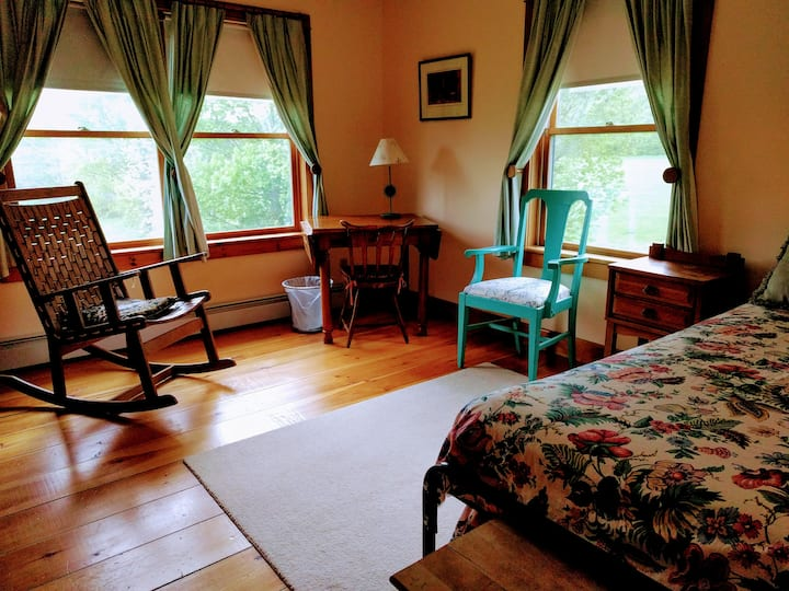 Twin room in Peaceful Green Mountain B&B