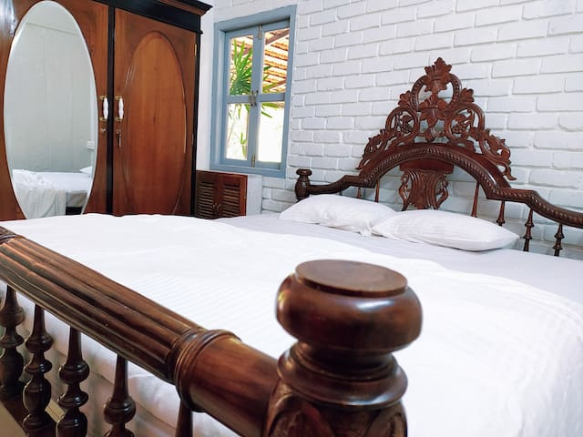 Victorian AC bedroom w/pool & Western comforts