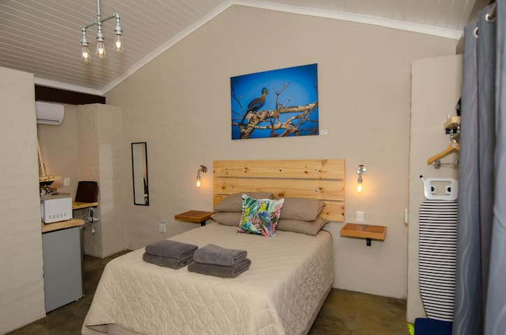 The Tauraco Room offers a Queen size bed, accommodating 2 guests, air-conditioning, DSTV, Wi-Fi. Wildlife photography by Patrice Correia.