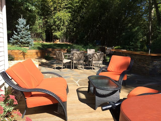 Welcoming backyard to relax in the sun. Minutes away from the beaches. Ocean or Bay, you choose