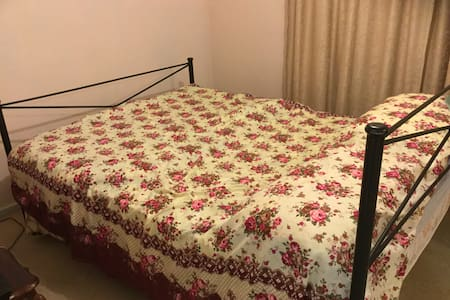 King Bed Room - Student, Traveller or Couple - Giralang