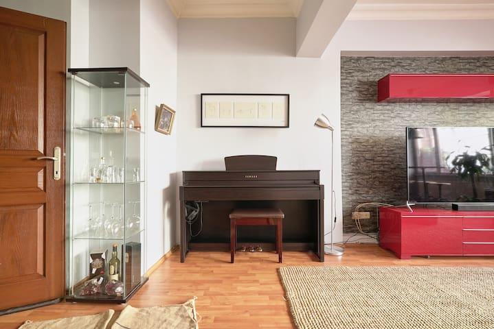 Piano and bar glasses