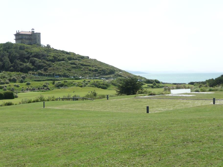 Le Quartier: Au fond, la mer et l'incroyable château d'Ilbarritz , le golf et la pelouse de la cité de la Mer. (Photo prise à 300 mètres de la maison)