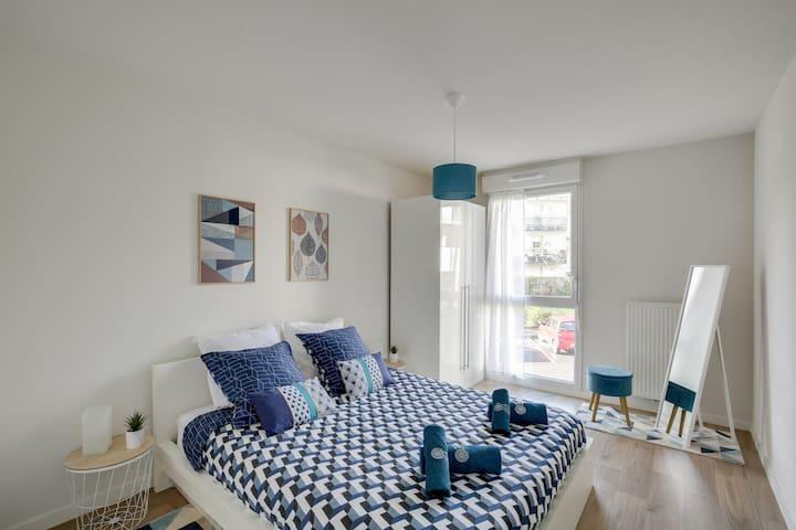 Profitez d'un lit king size 160 X 200 cm avec son matelas à mémoire de forme.