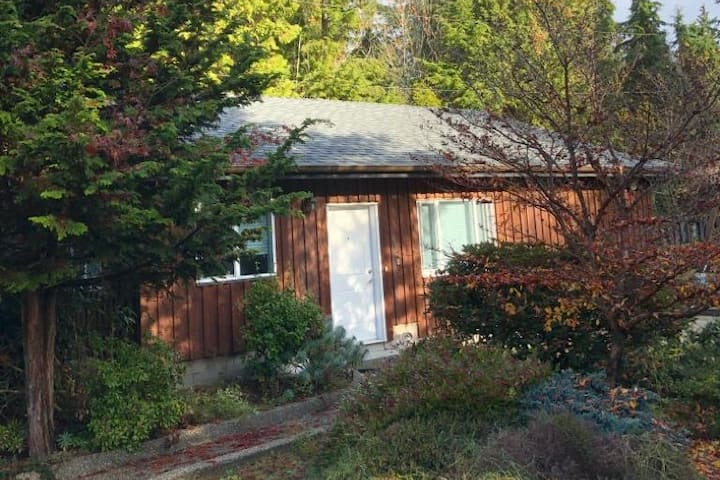 Guest Cabin, The Gulf Garden home in Sechelt